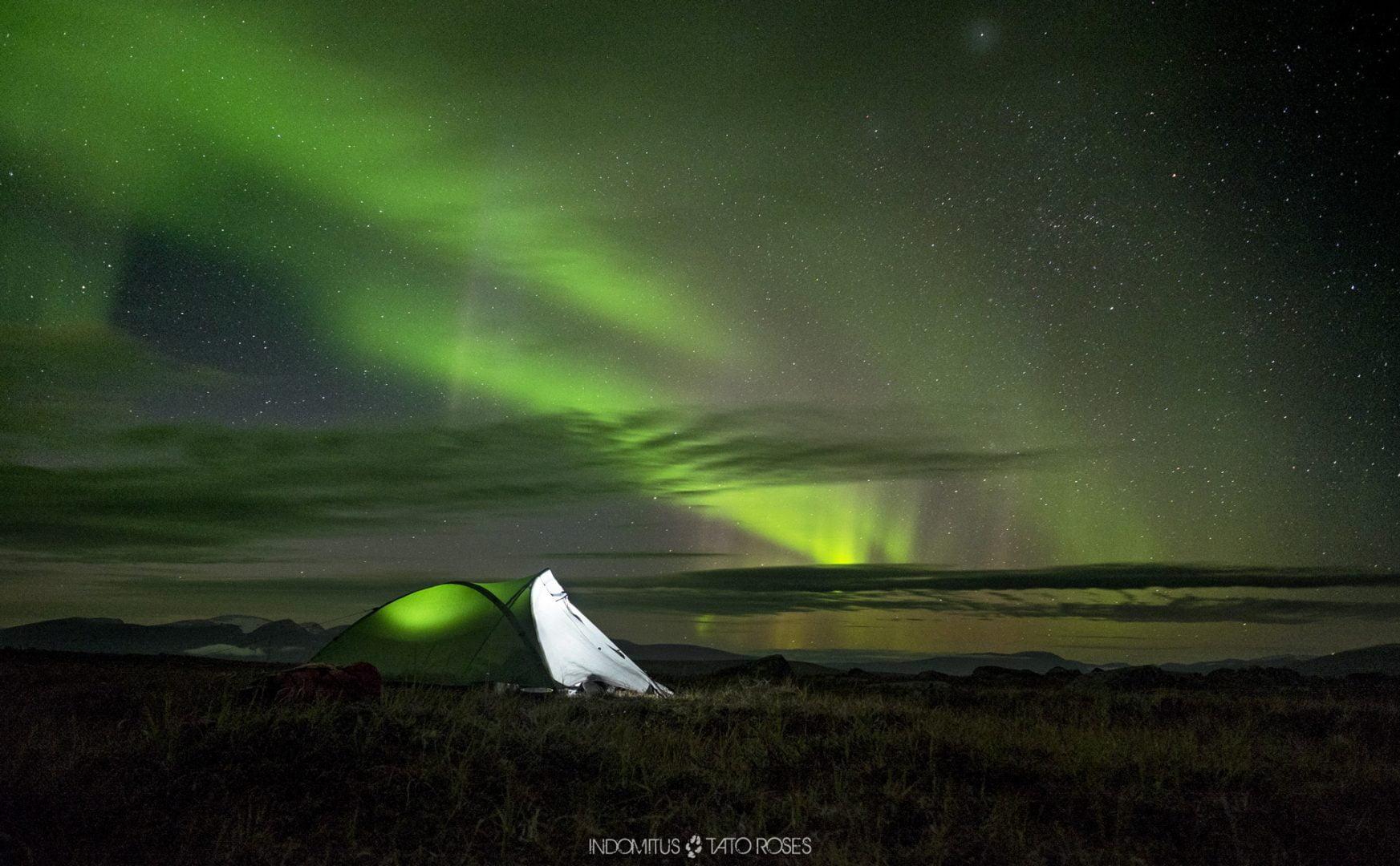 Campamento y aurora boreal
