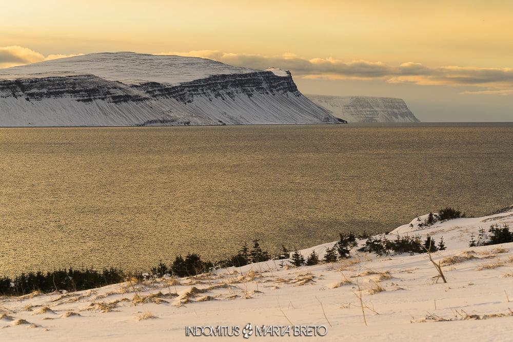 Puesta de sol en los fiordos de Islandia