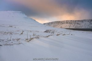 Paisaje nevado en los fiordos de Islandia