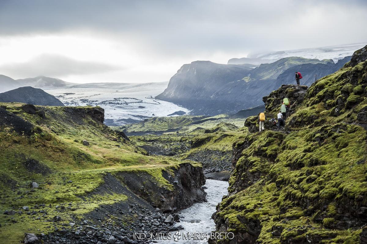 senderistas y glaciar