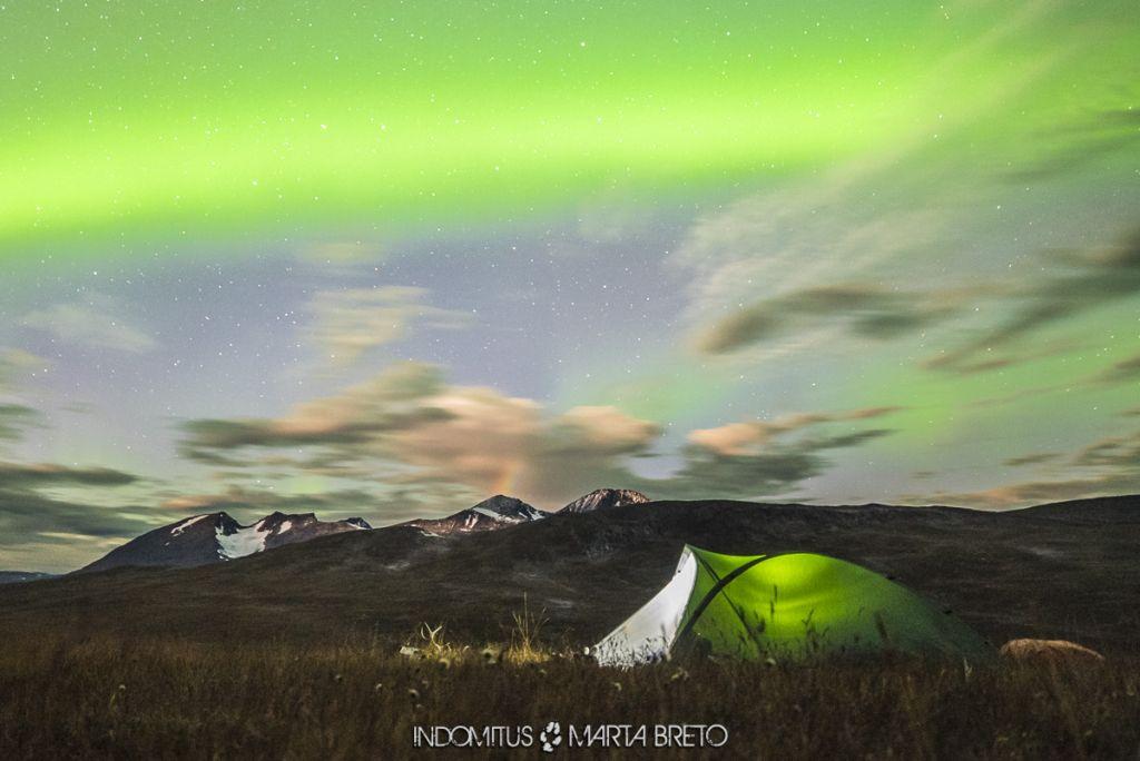 Arcoíris nocturno y aurora boreal