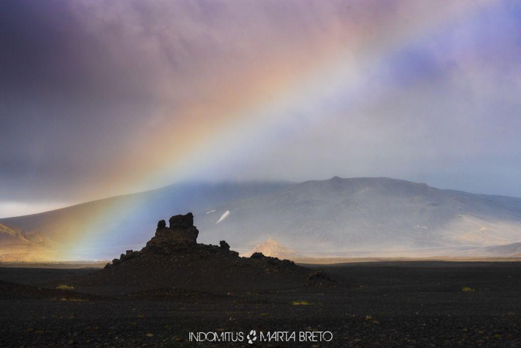 Arcoíris sobre campo de lava