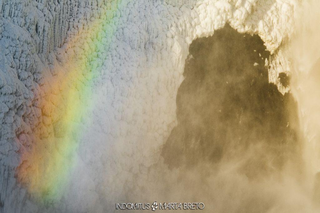 Cascada de hielo y arcoíris