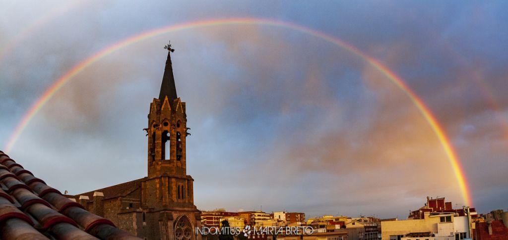 Imagen panoramica de un arcoiris doble