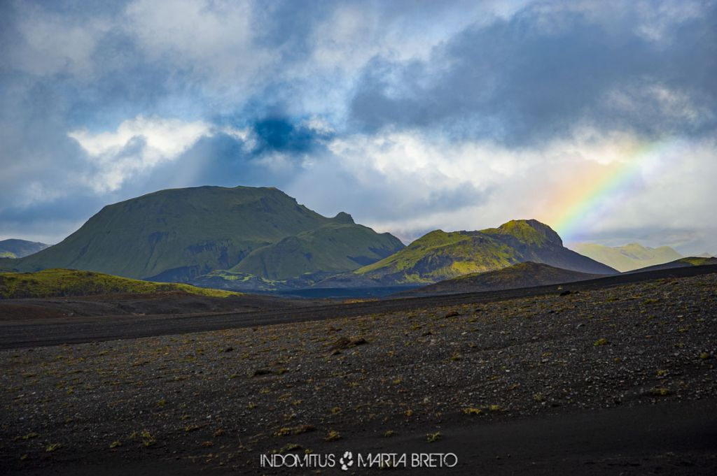 arcoiris en desierto de arena negra Islandia